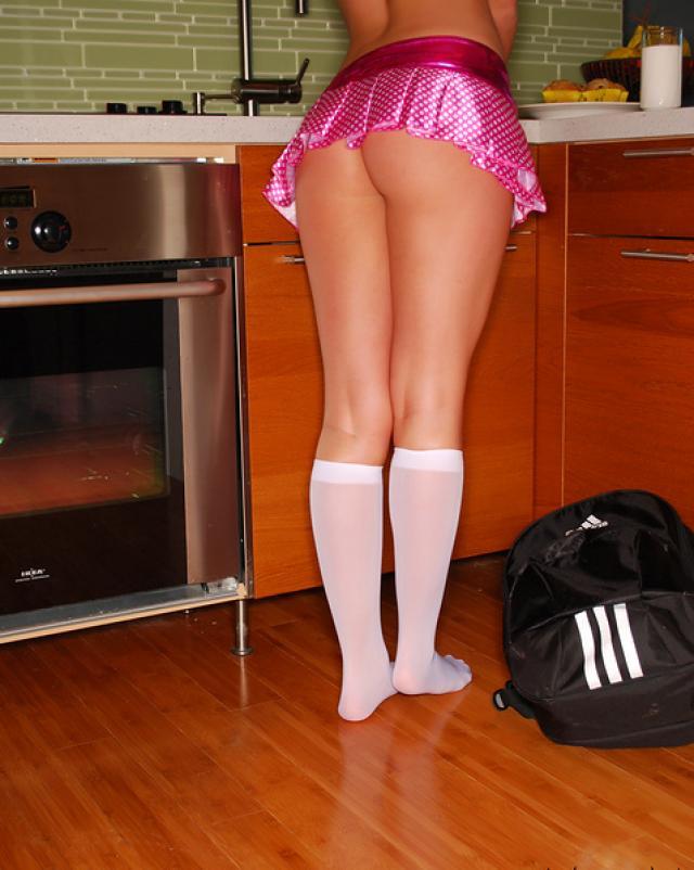 Очень красивая голая студентка позирует на кухне
