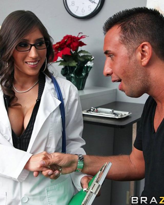 Докторша с большими дойками оседлала член пациента