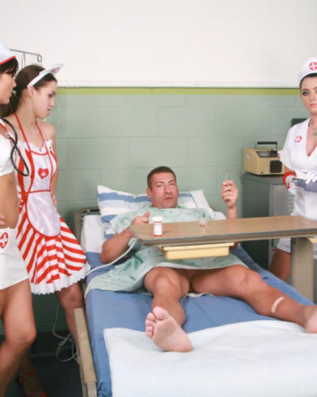 Три медсестры играют с членом пациента