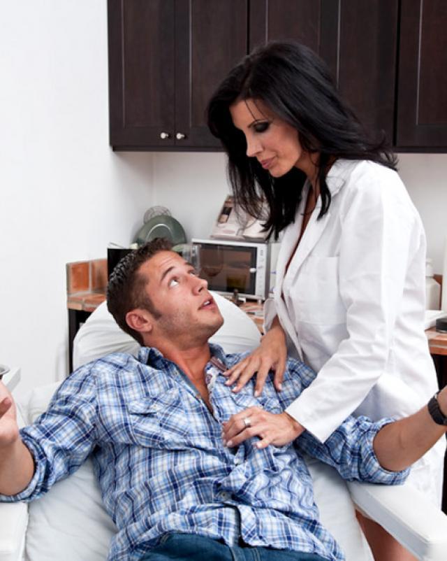 Медсестра в купальнике удивила пациента королевским минетом