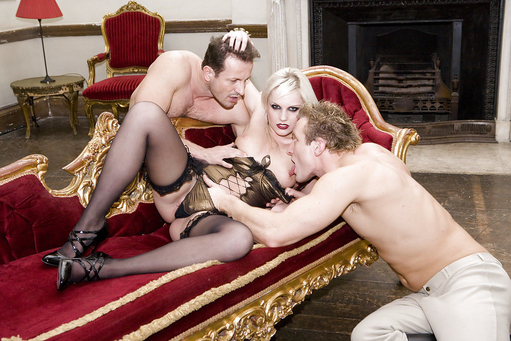 Три развратника отымели блондинистую нимфоманку во все дырки