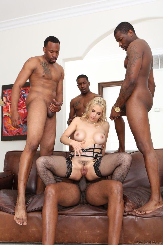 Группа негров трахает доступную блондинку во всех направлениях