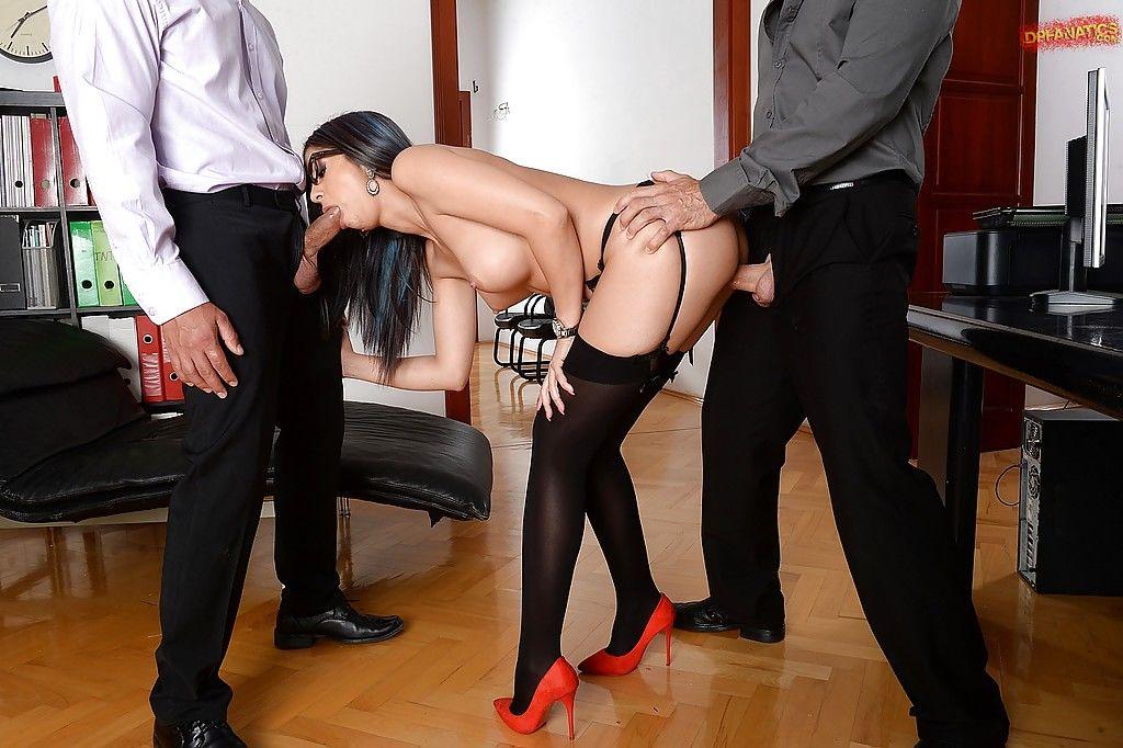 Бизнесмены поимели очкастую секретаршу с двойным проникновением