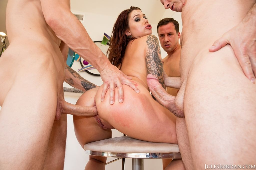 Три мужлана сношают татуированную девку с двойным проникновением