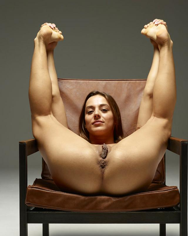 Голая девушка показала свои большие половые губки