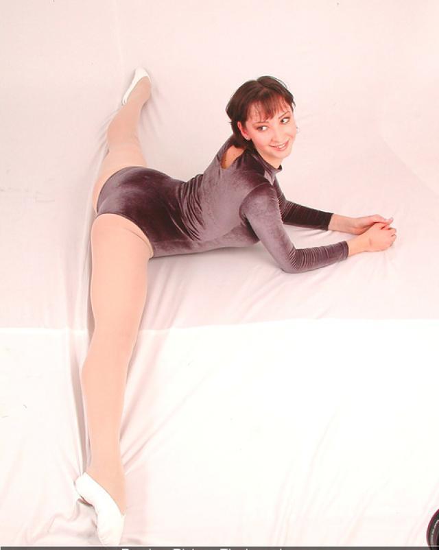 30 летняя гимнастка демонстрирует шпагат