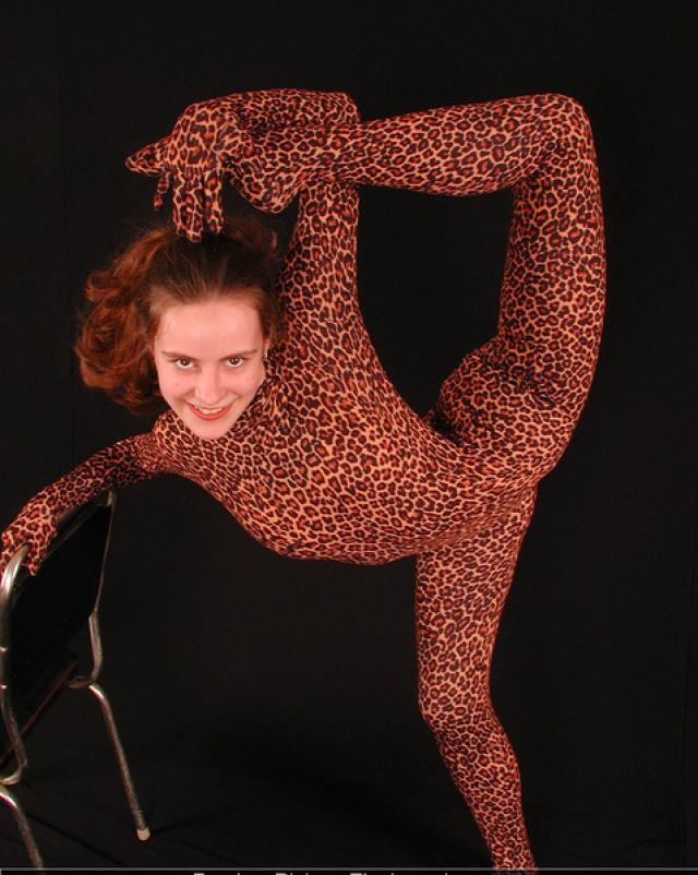 Русская девушка демонстрирует свою гибкость