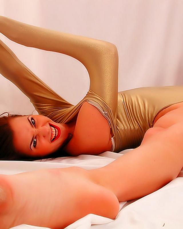 Голая гимнастка показала свое тело в шикарной позе