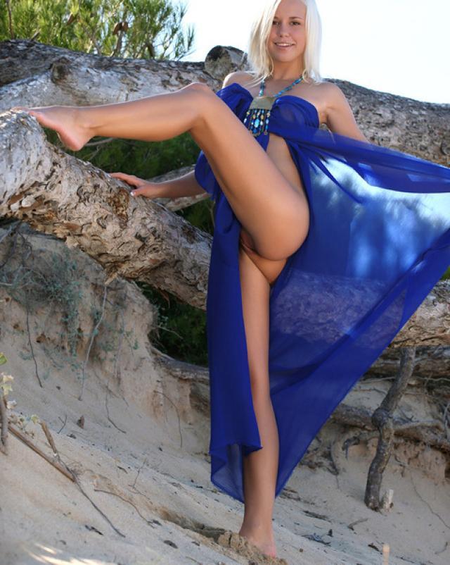 Нудистка отдыхает на пляже