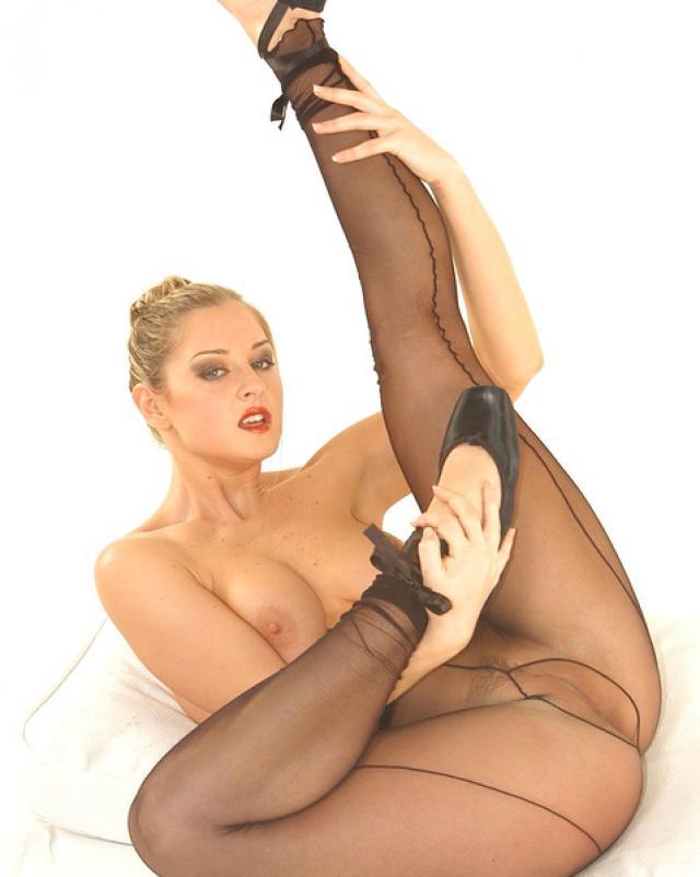 Девушка в колготках соблазняет своими ножками