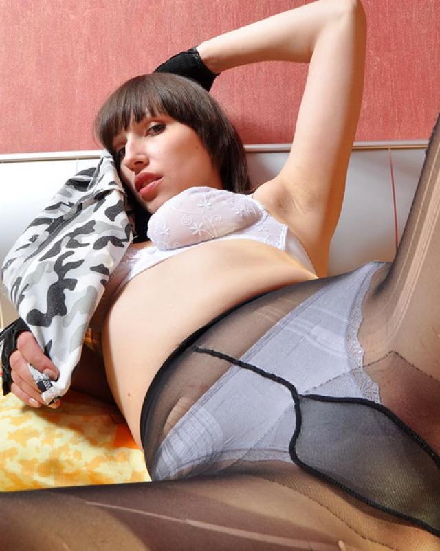 Горячая девушка ведет себя очень пошло в кроватке