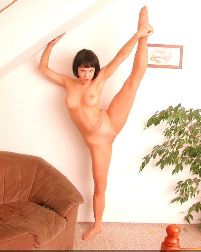 Старая гимнастка покажет все