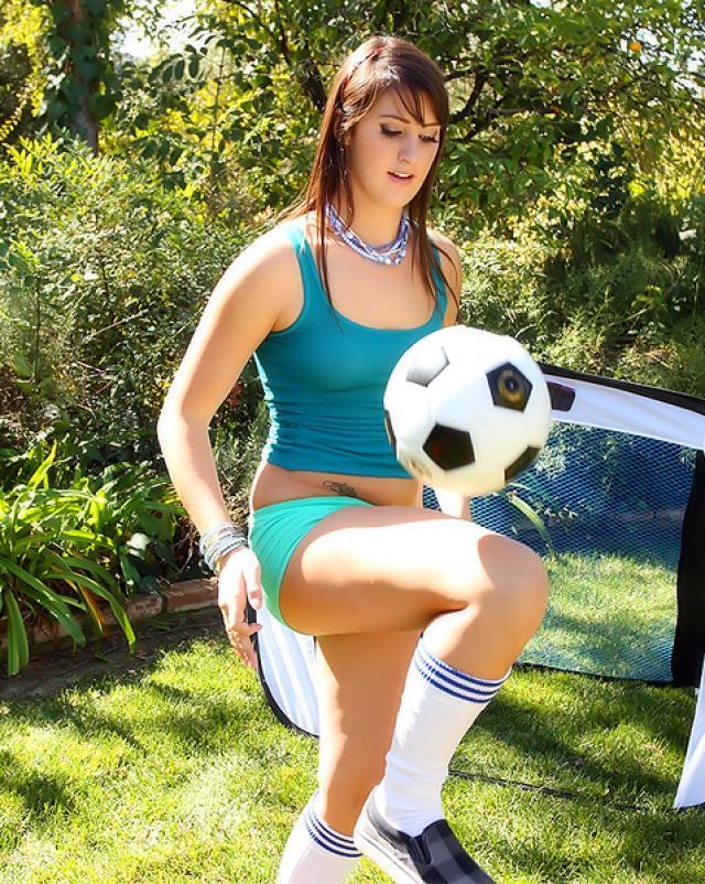 Сексуальная футболистка занимается сексом на поле