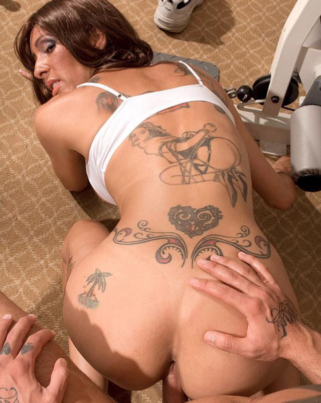 Спортивная мамочка с татуировками далась за хороший кунилингус