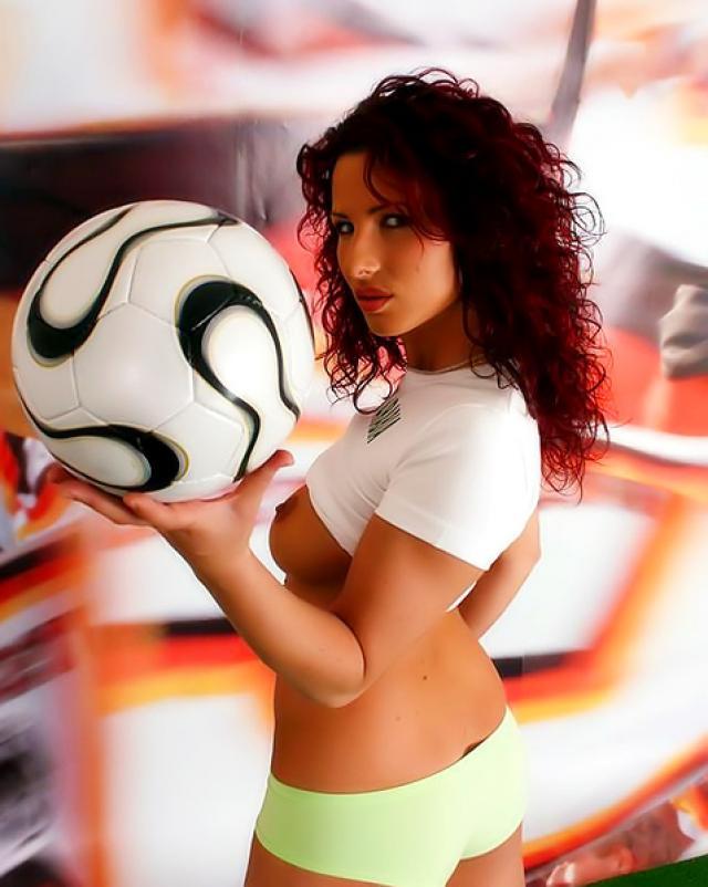 Аравийская футболистка светит шикарными дойками играясь с мячом