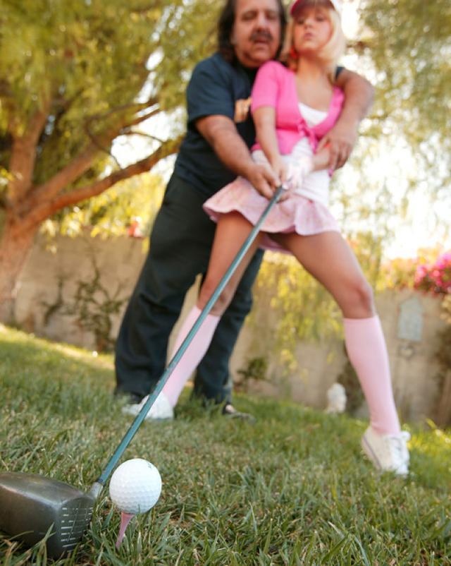 Секс спортивной девушки в гольфах с жадным стариком