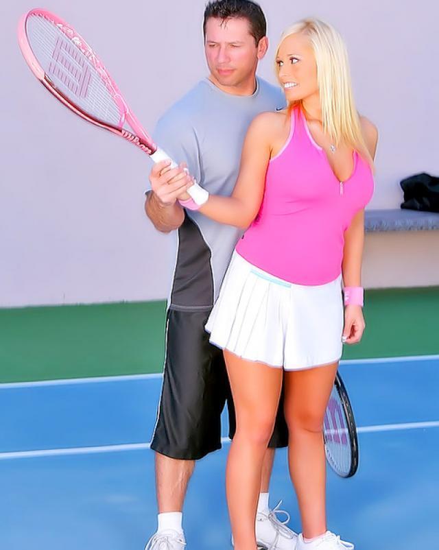 Тренер по теннису яро оттрахал сочную блондинку на поле для игры