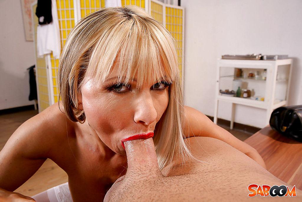 Пациент жарит в рот и анал голую медсестру кривым членом