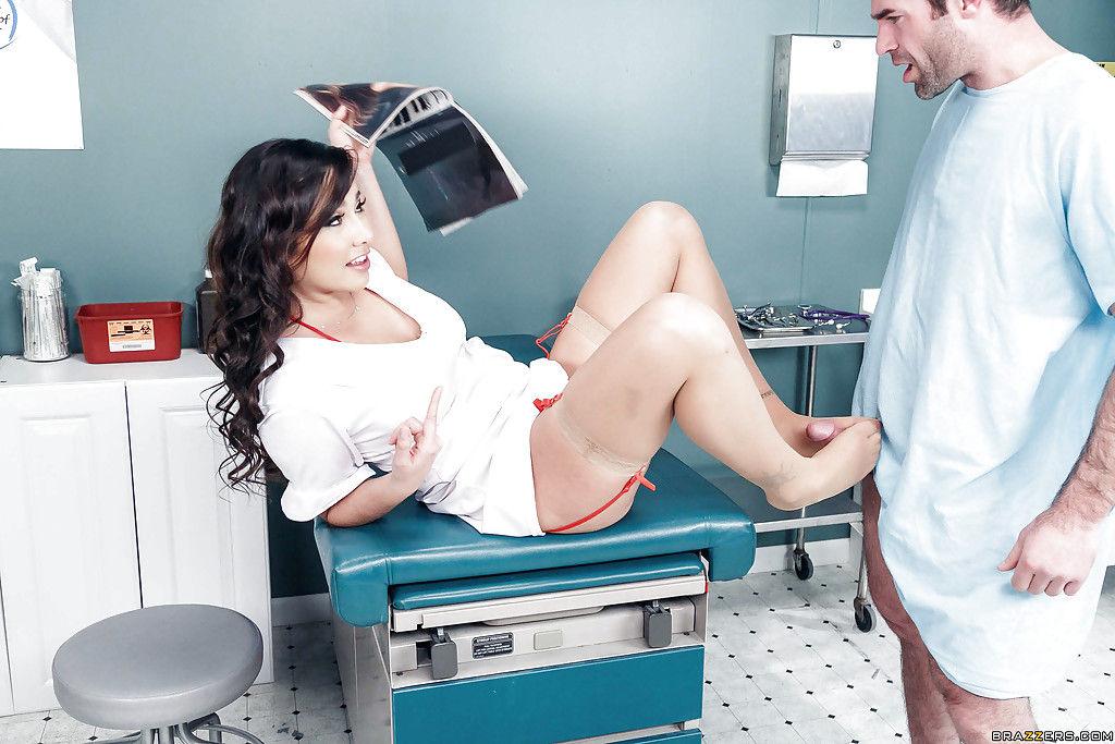 Развратная медсестра делает минет для красивого пациента больницы