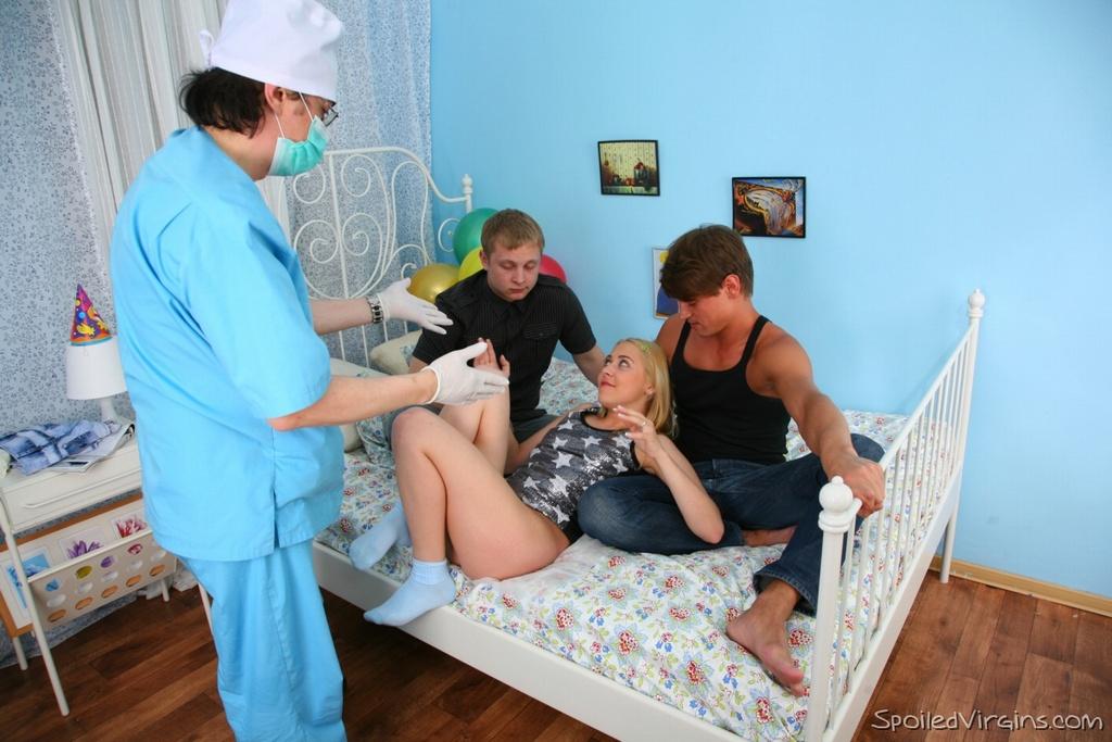 Медсестра лишается целки с молодыми пациентами