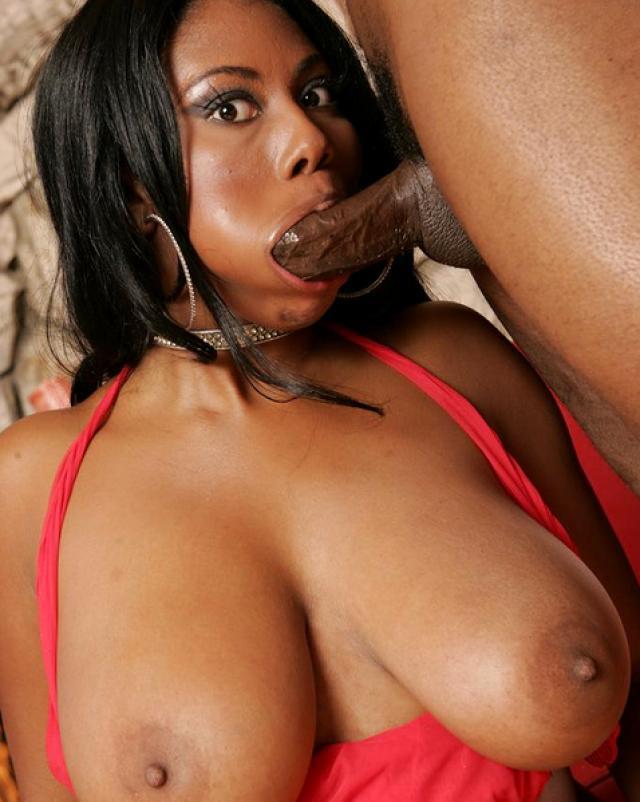 Негритянская мамка сосет член со спермой в рот