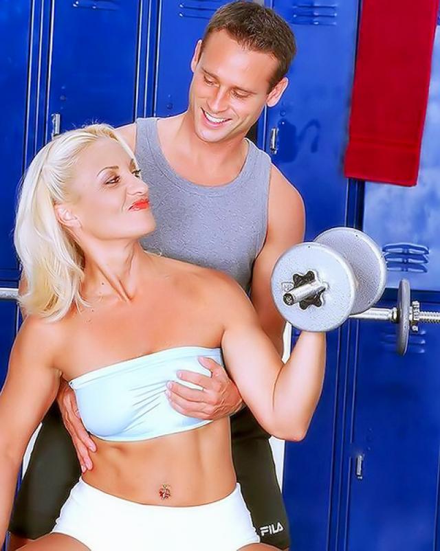 Белокурая красотка трахалась в жопу со своим тренером по спорту
