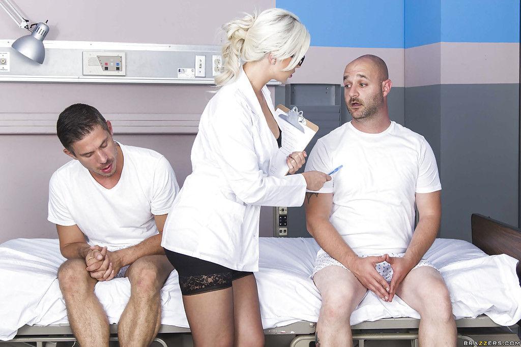 Медсестра сосет сочный член пациента