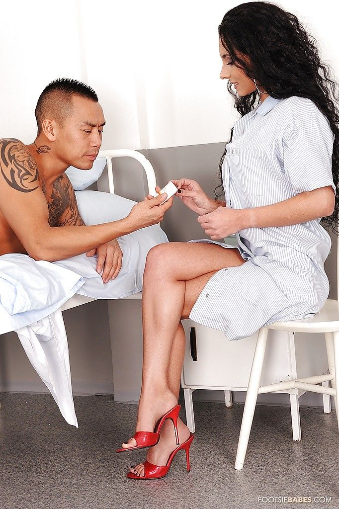 Азиатский амбал отжарил зрелую медсестру с большими сиськами