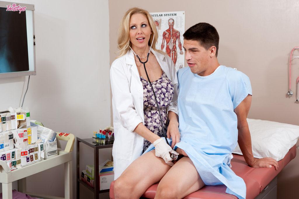 Молодой негодник жестко вдул в пизду зрелой медсестры на осмотре