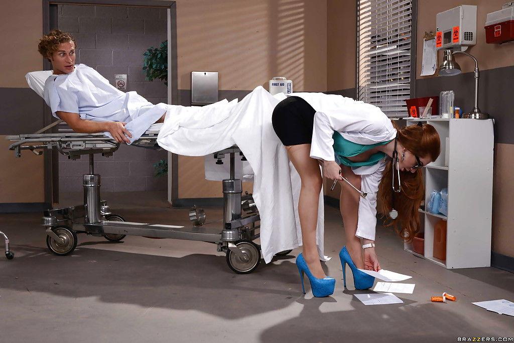 Смазливый пациент клиники развел на секс шикарную медсестру