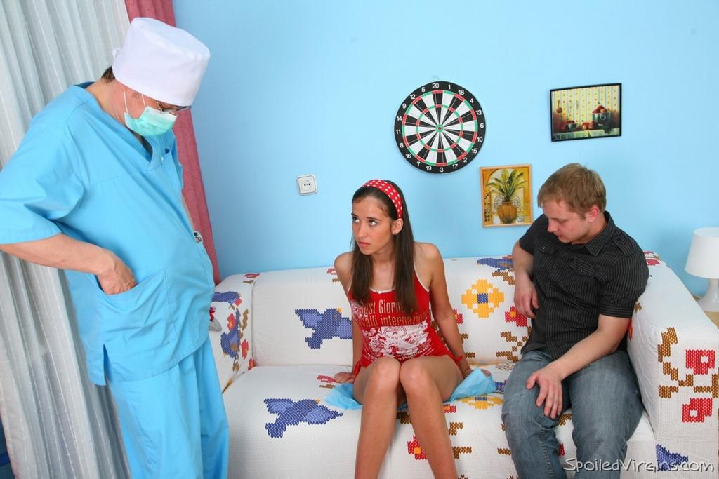 Русский гинеколог трахает молодую студентку на пару