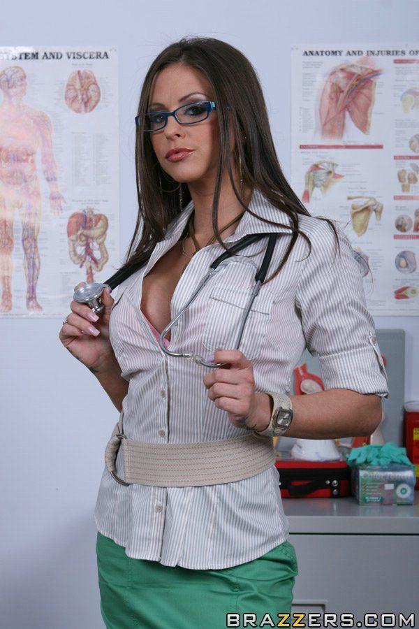 Деревенский мужик занимается любовью с медсестрой на осмотре