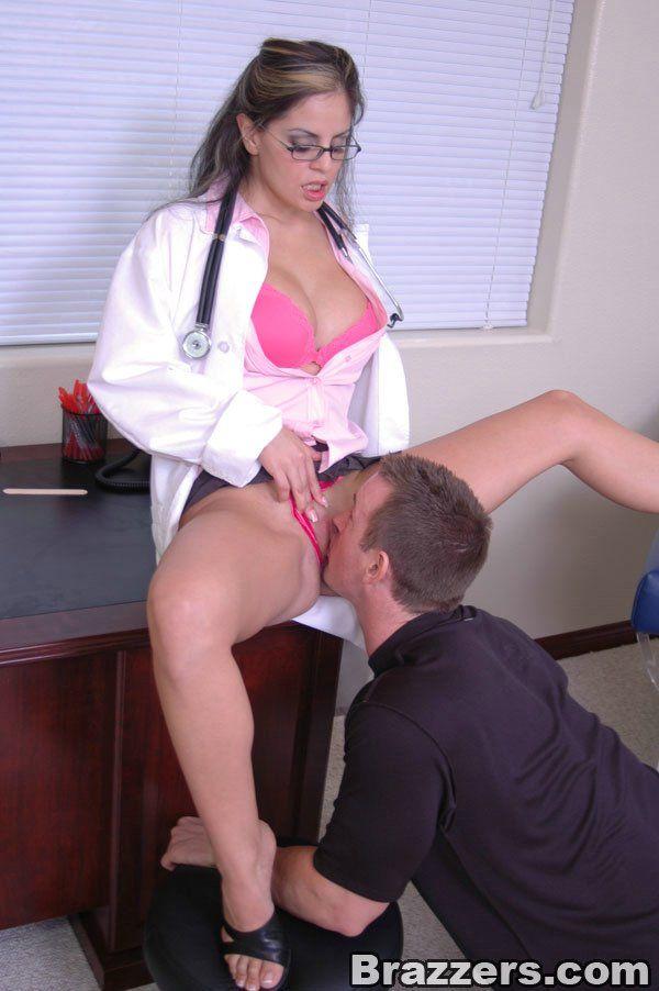 Докторша с большими сиськами потрахалась в рабочее время