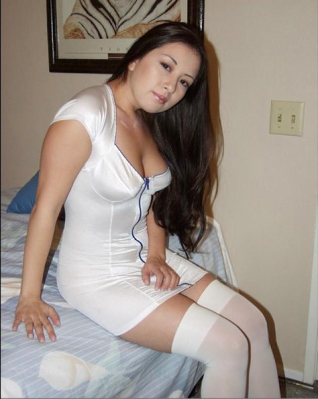 Милая медсестра в обтягивающем больничном костюме
