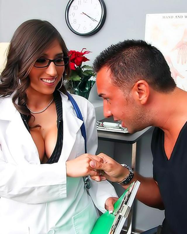 Зрелая медсестра жарко трахается с элитным пациентом