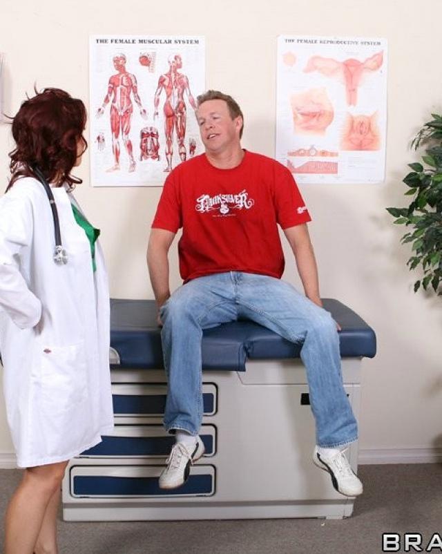 Строгая медсестра отсасывает член взрослого пациента