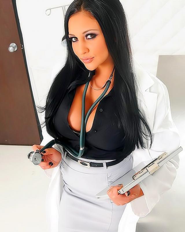 Мужик трахает сексуальных медсестер в платной клинике