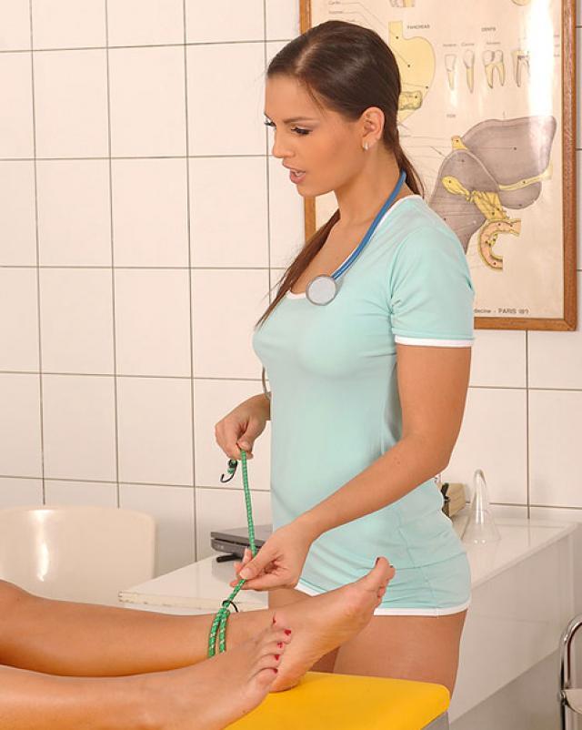 Лесбийская медсестра извращается над пациенткой