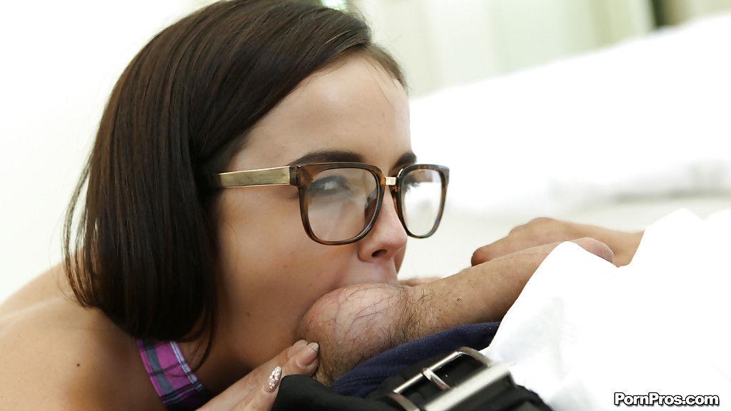 Чувак сильно заливает грудь и лицо голой студентки спермой