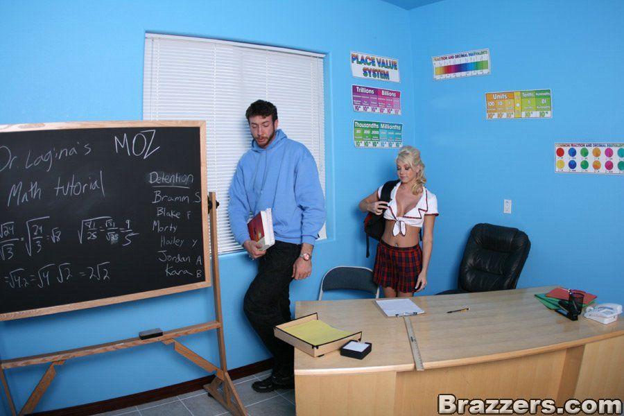 Физрук склонил красивую студентку к жесткому сексу в жопу