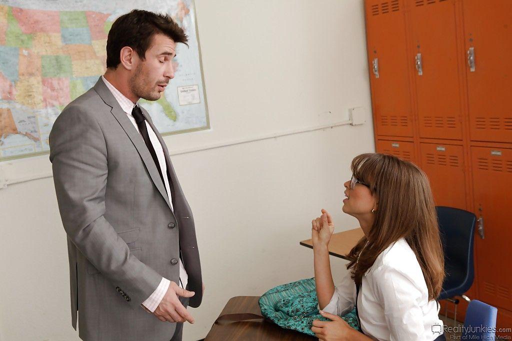 Профессор совратил лучшую студентку на агрессивный секс