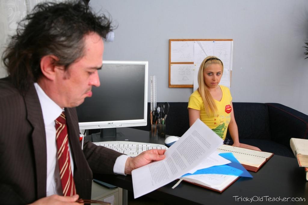 Русская студентка потрахалась в пизду с преподавателем логики