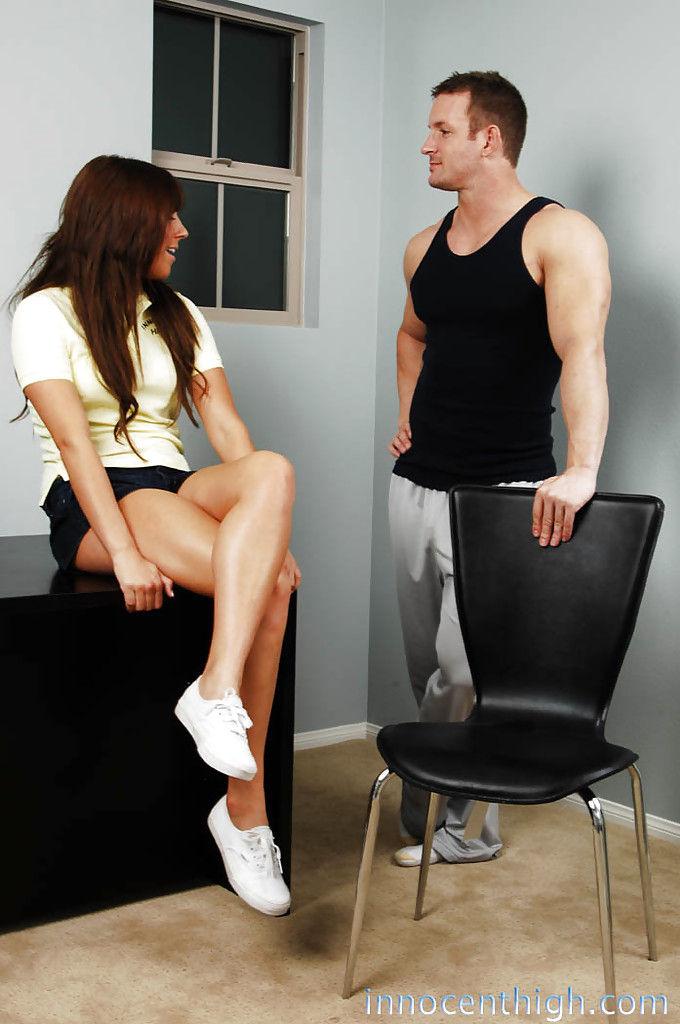 Горячая студентка жестко дает парню со второго курса