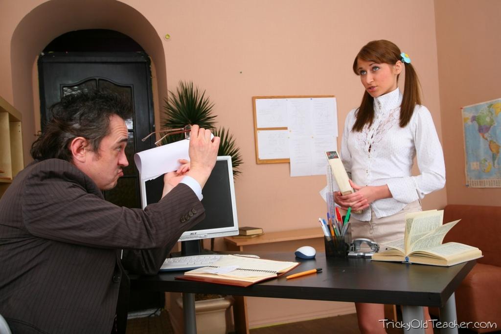 Студентка с косичками ебется с учителем за зачет