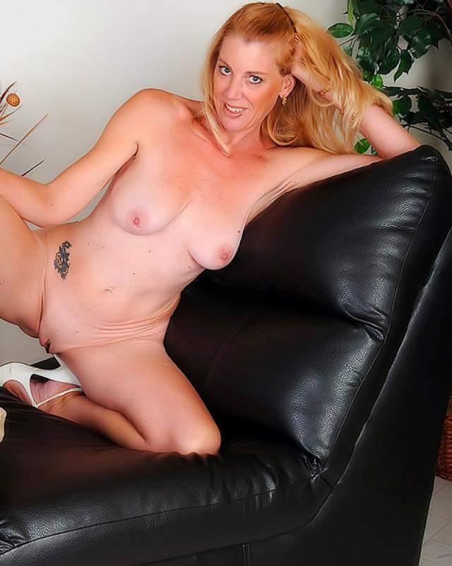 Голая зрелая телка на кожаном диване