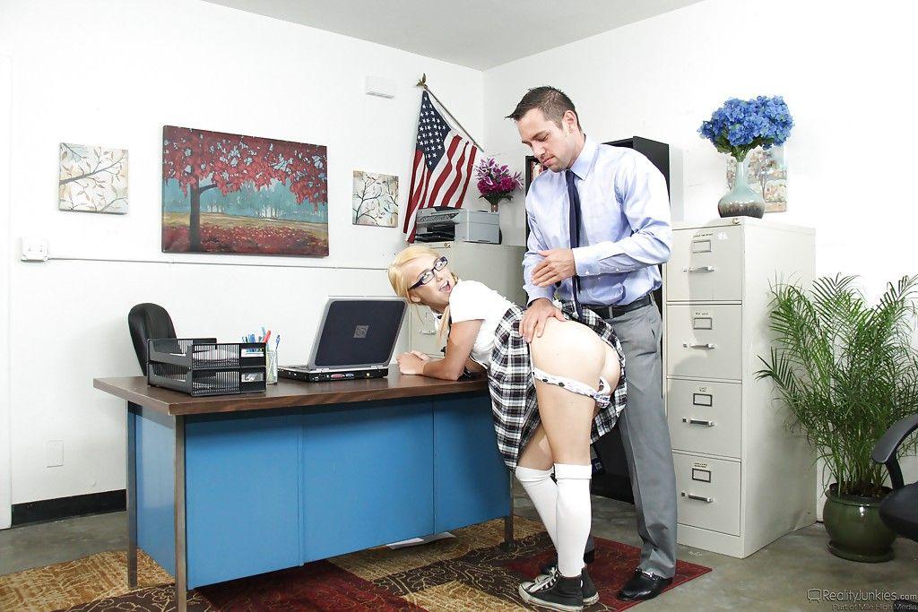 Физрук вдул в вагину похотливой студентки взамен за зачет