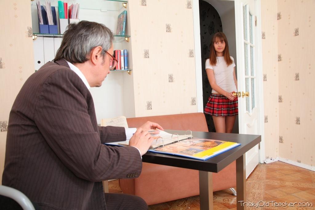 Милая студентка сосет член профессора ради автомата