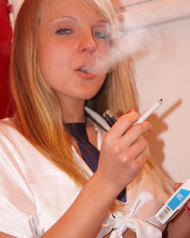 Курящая голая студентка отсасывает за деньги