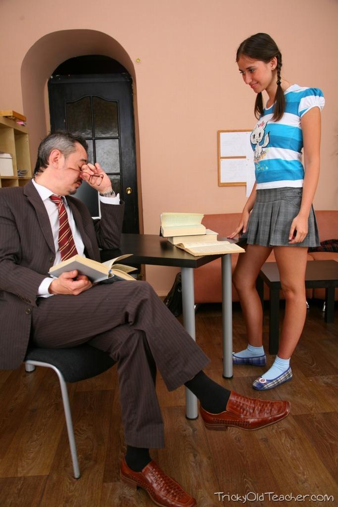 Невинная студентка скачет на члене преподавателя