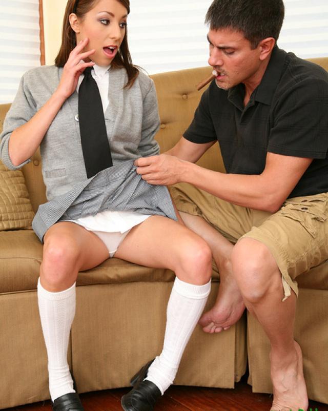Голая и развратная студентка трахается со спермой